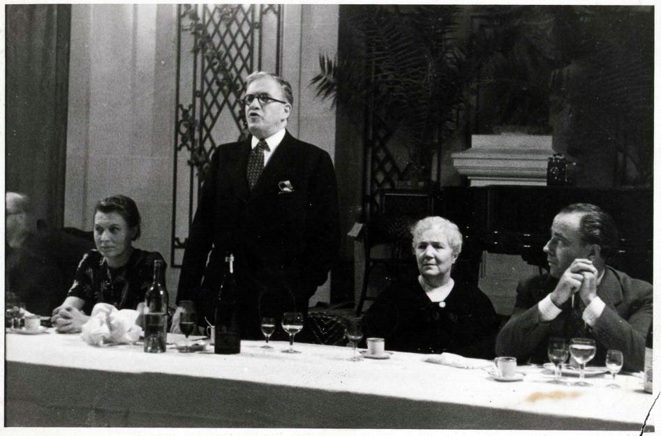 Álvarez del Vayo el 19 de julio de 1938 en Barcelona. ¿Quién es el hombre de la derecha?